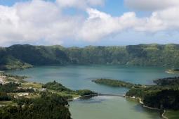 Caldeira avec le Lac Vert et le Lac Bleu dans le cratère du volcan.