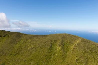 Les couleurs sont éclatantes à cette période de l'année. Les grandes étendues d'un vert vif témoignent de la météo pluvieuse de l'île.