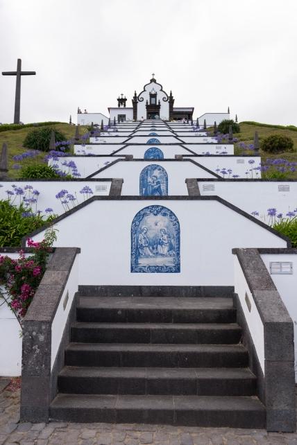 L'ermitage Notre-Dame de la Paix surplombe la ville de Vila Franca do Campo.