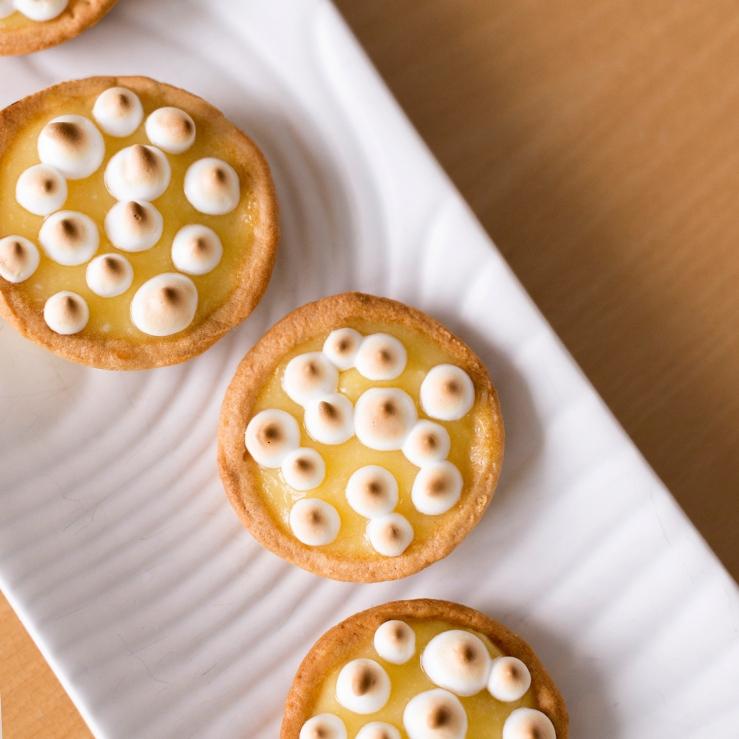 Photo du dessus de tartelettes citron meringuées