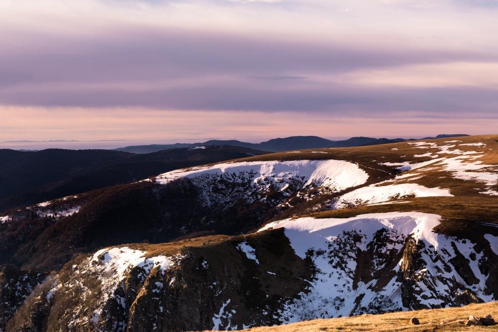 Photo du massif du Hohneck avec un ciel rosé.
