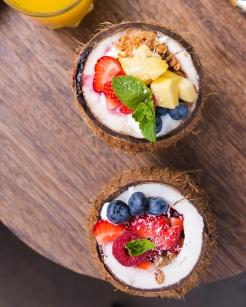 Manger dans des coques de noix de coco, c'est chez Braun Notes Coffee.