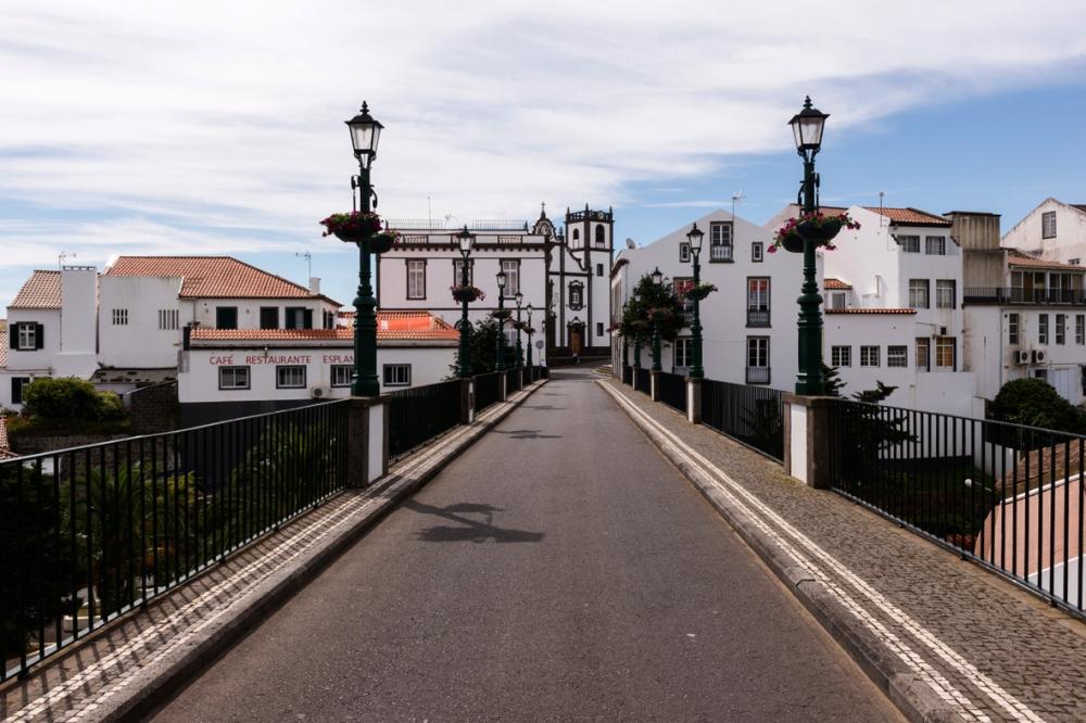Photo d'un paysage portugais avec la vue d'un pont en premier plan.