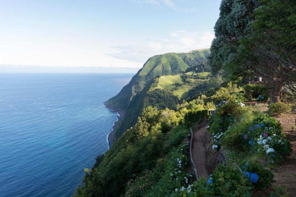 Photographie des falaises qui tombent dans la mer dans les Açores.