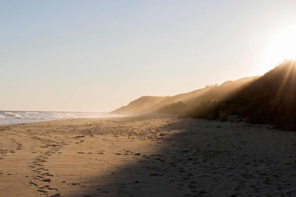 Photographie d'une plage au soleil couchant.