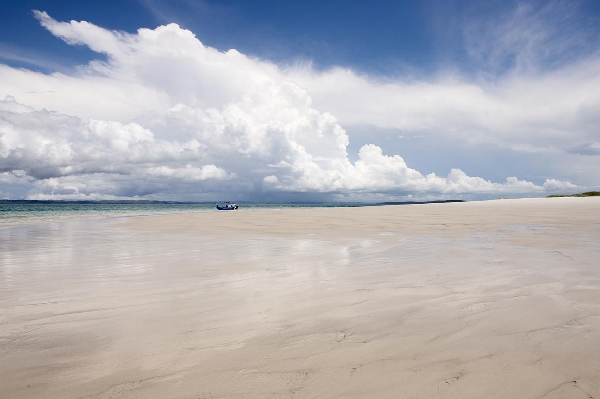 Photographie d'une plage de sable blanc.