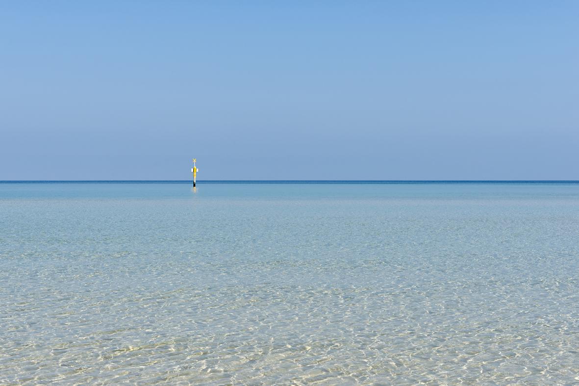 Photographie de la mer translucide.
