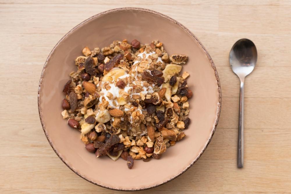 Photo du dessus d'une assiette de granola.