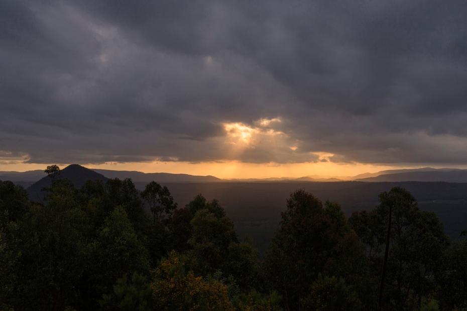 Fin de journée sur les Glass House Mountains en Australie.