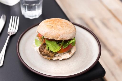 Burger végétarien à l'aubergine, Nuance Café Paris.