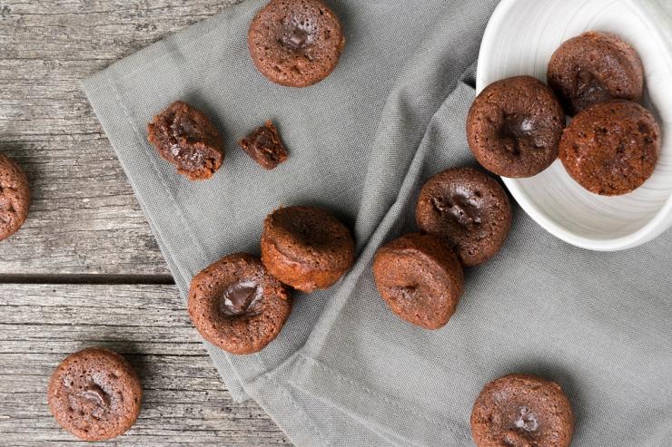Photographies du dessus de fondants au chocolat.
