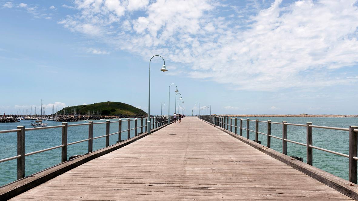Photographie d'un pont sur la mer.