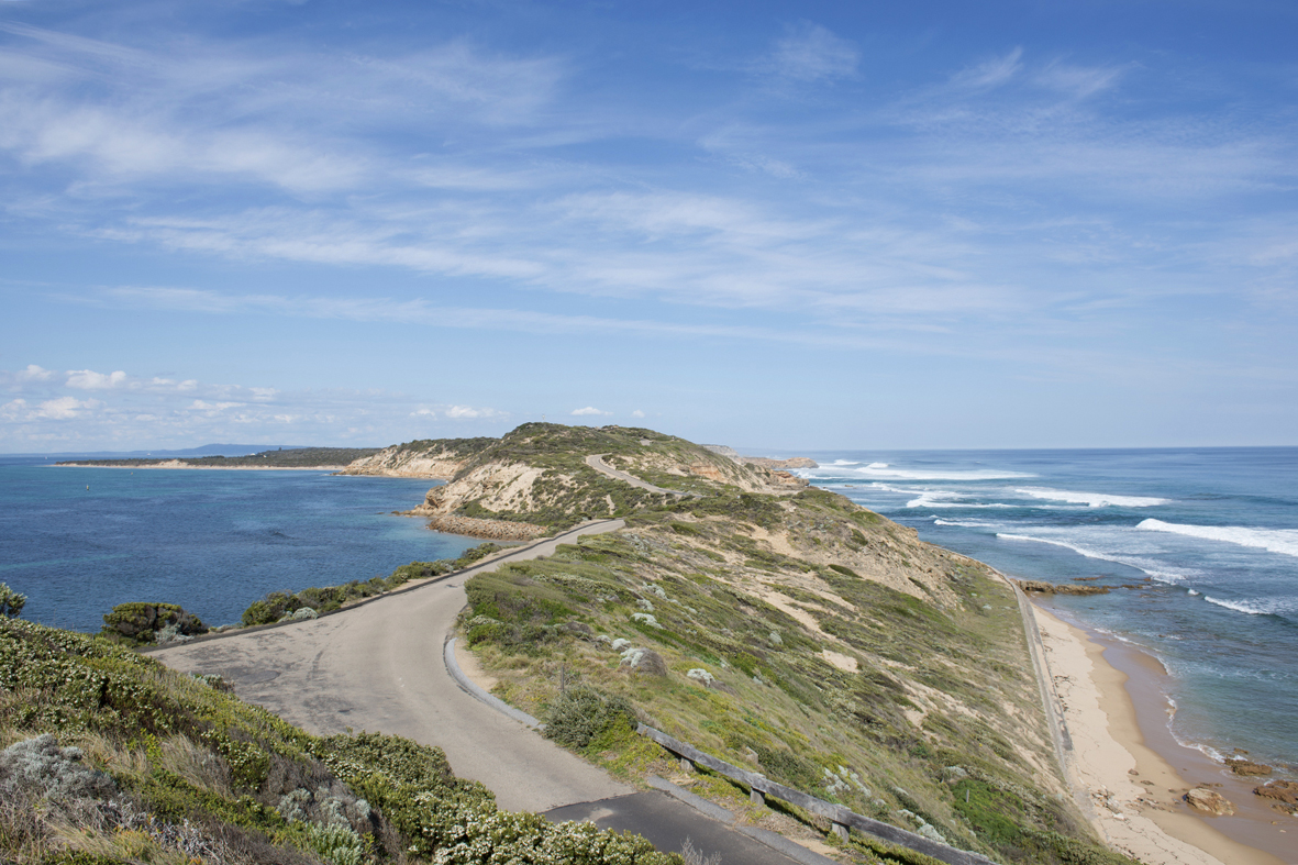 Photographie d'une avancée de terre sur la mer.