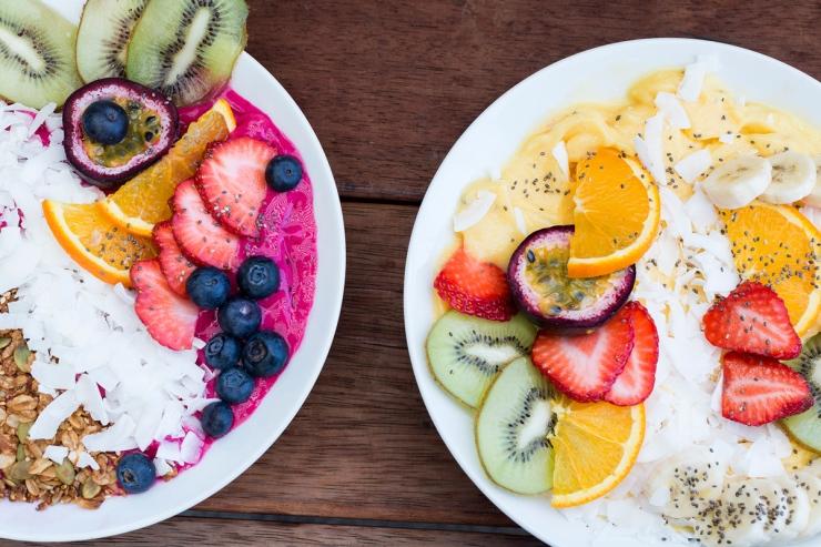 Photo du dessus de grandes assiettes de smoothie glacé aux fruits.