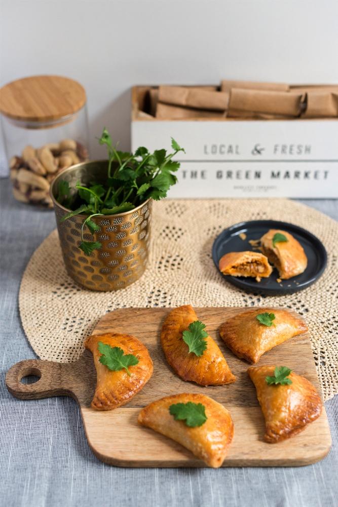 Photo de face d'empanadas sur une planche en bois.