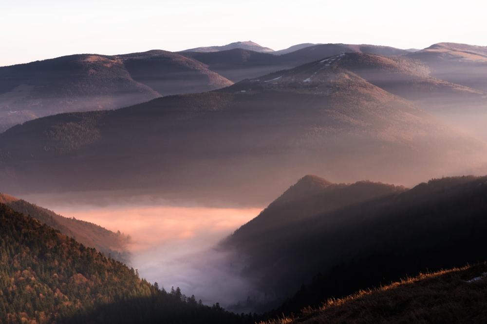 Photo du massif du Hohneck avec la brume en contrebas.