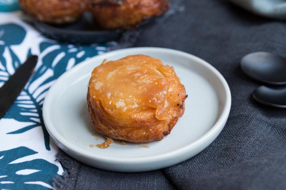 Photo de face d'une assiette avec un mini kouign amann