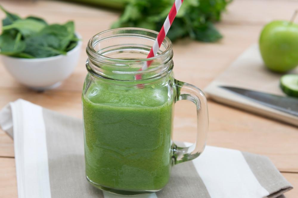 Photo gros plan de face d'un smoothie vert.