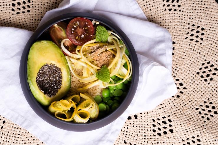 Photo du dessus d'un bol de légumes d'été.