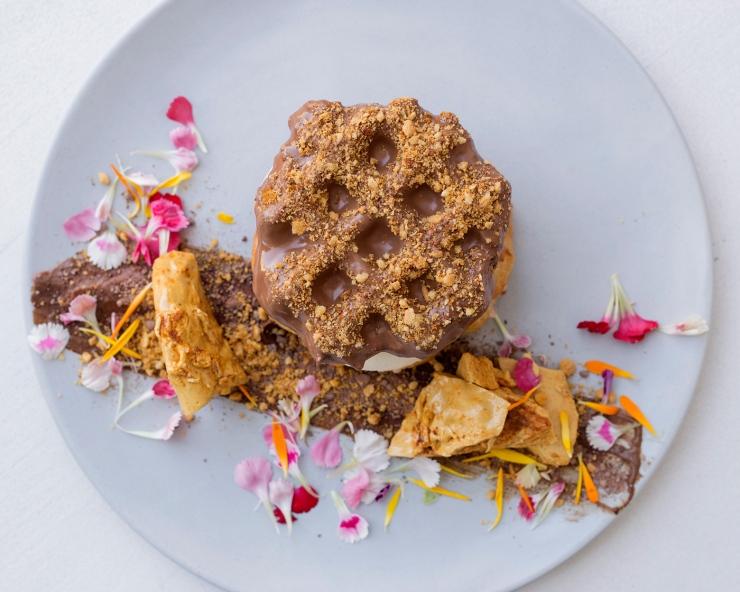 Photo du dessus d'un dessert avec une gaufre au chocolat.