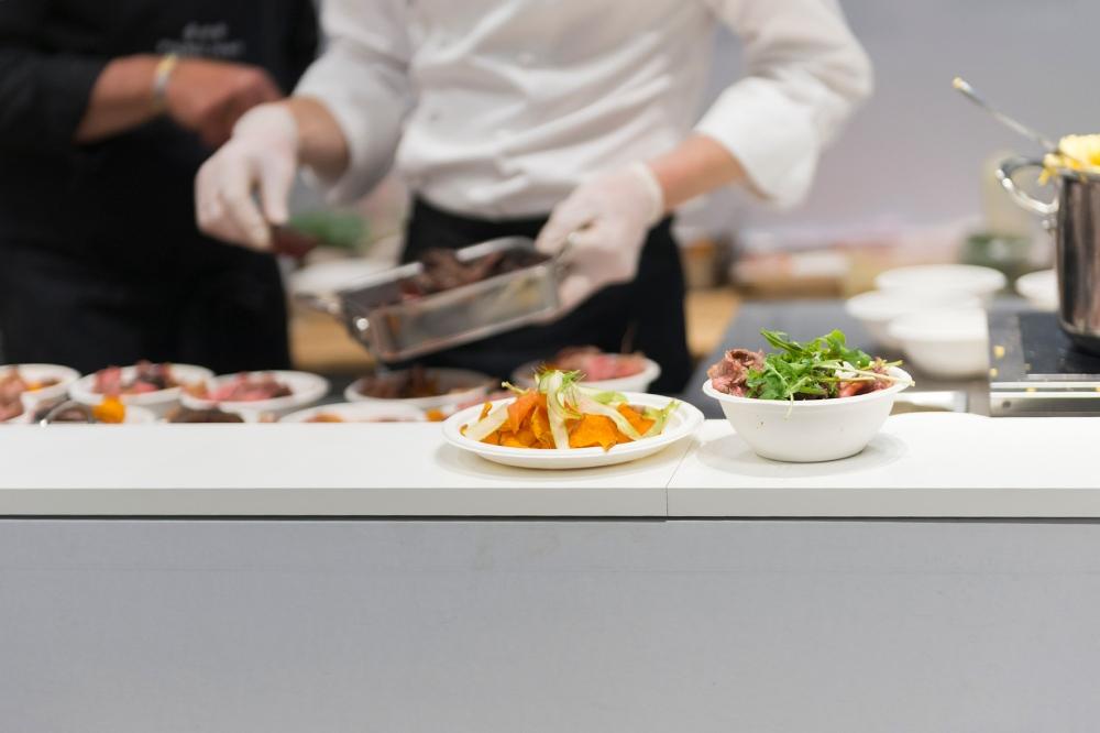 Photoreportage lors du montage des assiettes au festival Taste of Paris.