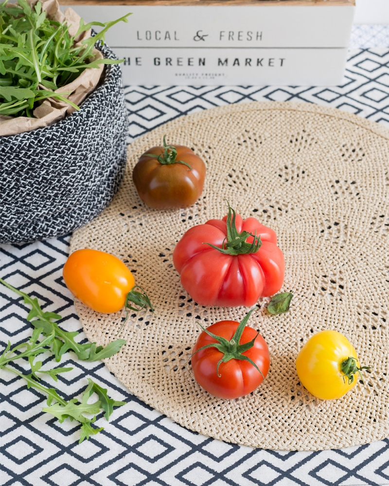 Photographie de face, mise en scène avec des tomates colorées.