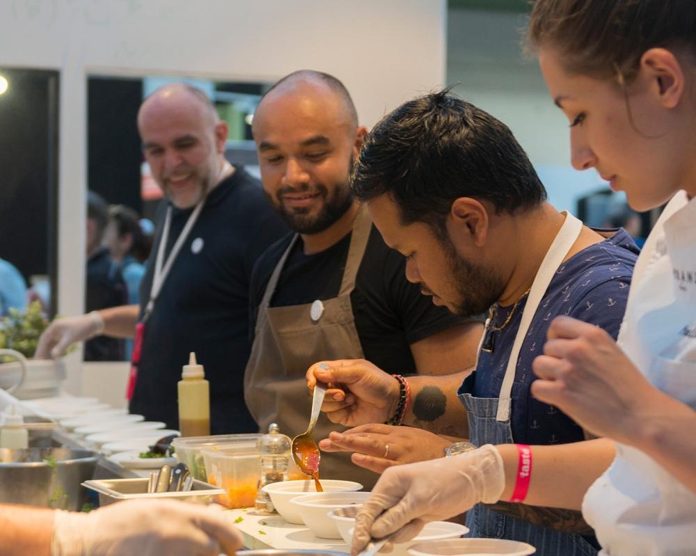 Photo de cuisiniers en train de préparer des plats au festival Taste of Paris.