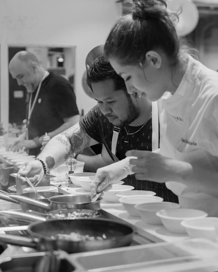 Photo de cuisinier en train de dresser un plat à Taste of Paris.