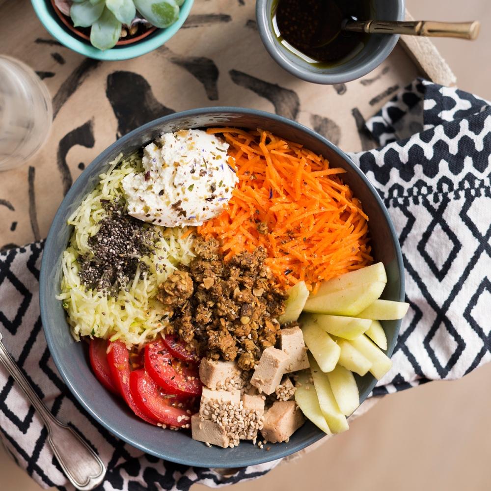 Photo du dessus d'un bol de légumes.