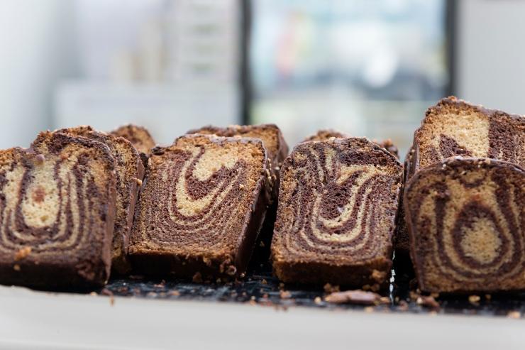 Photo de face de parts de marbré au chocolat.