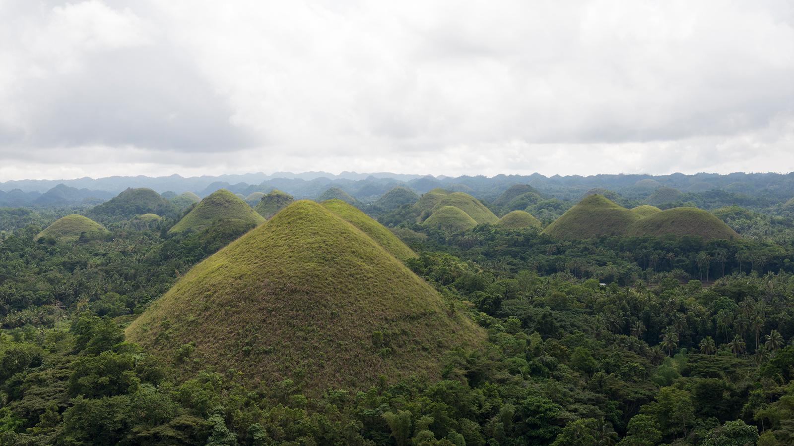 """Photographies des dunes """"Chocolat"""" aux Philippines."""