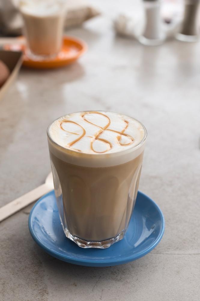 Photo de face d'un latté au caramel.