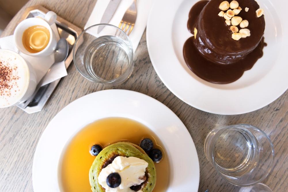 Photos du dessus de deux assiettes avec des pancakes différents.