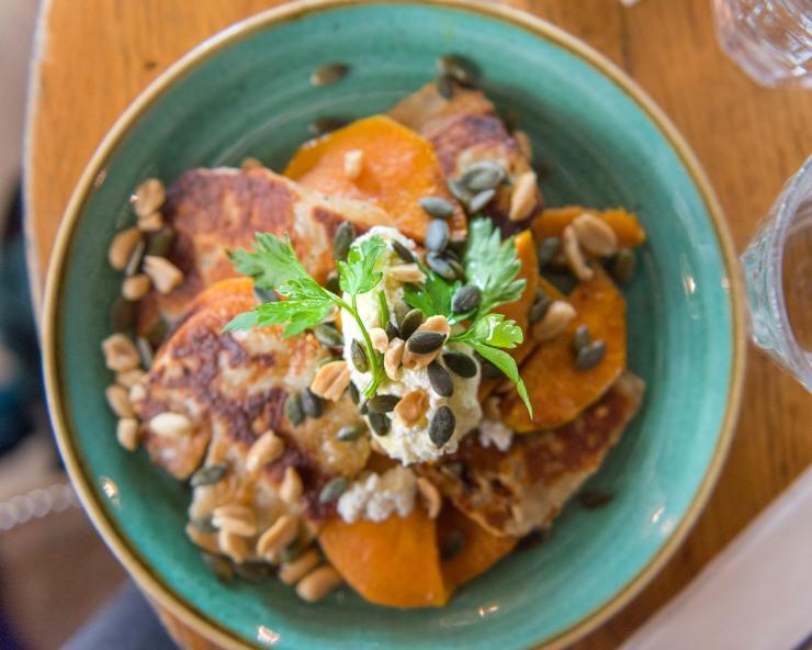 Photo du dessus d'un plat à base d'halloumi et de patates douces.