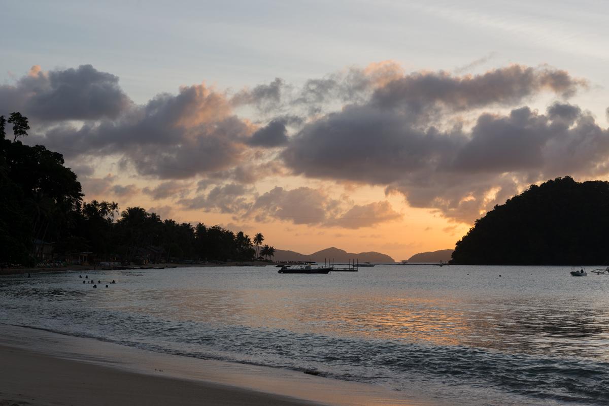 Photographie d'un coucher de soleil sur un plage des Philippines.