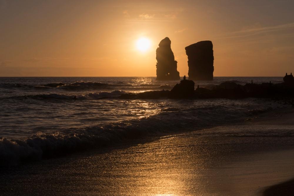 Photographie d'un coucher de soleil sur une plage.