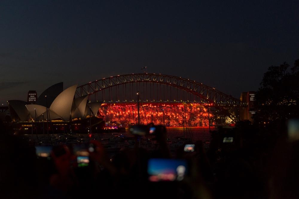Photographie du pont de Sydnay éclairé par des feux d'artifices à Nouvel An.