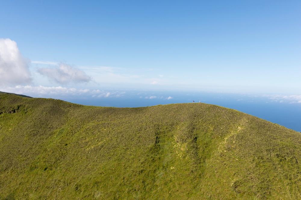 Photographie d'une colline dans les Açores.