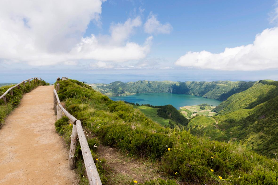 Photographie d'un lac en altitude dans un volcan dans les Açores.
