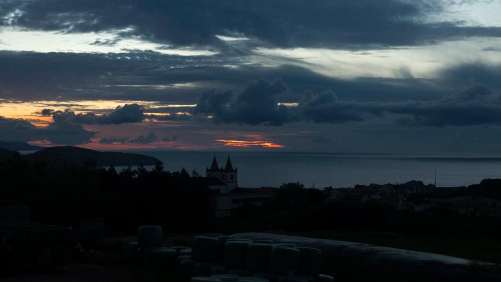 Photographie de la nuit tombante dans les Açores.