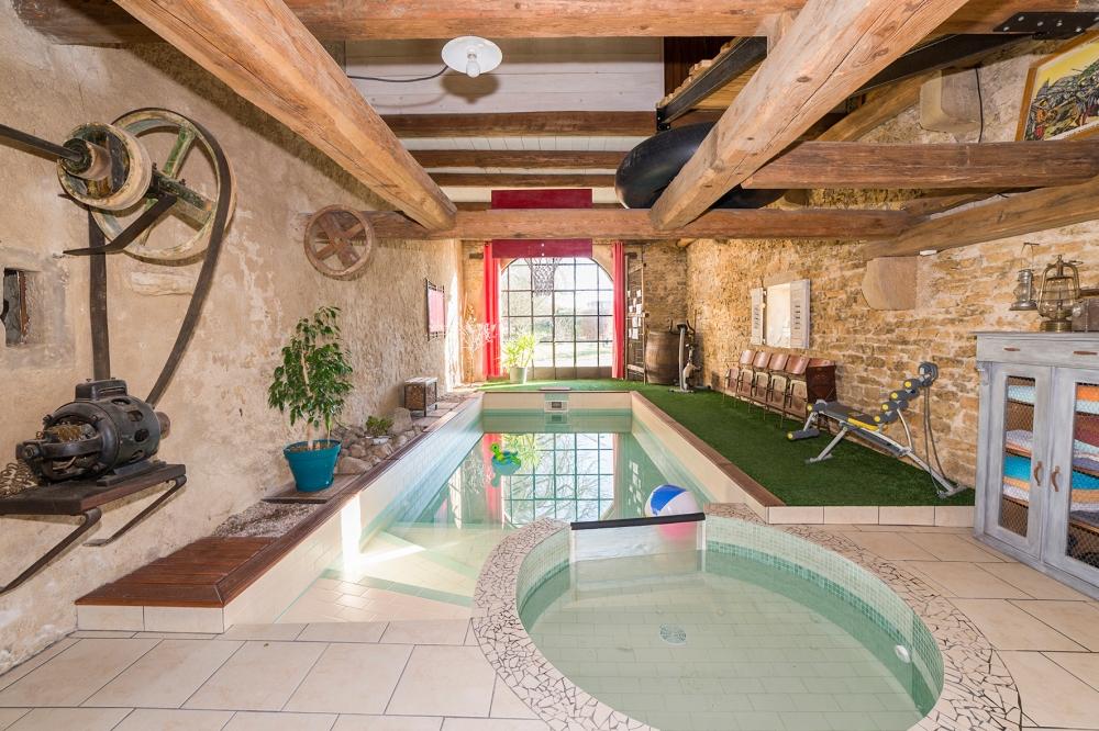 Photographie d'une piscine intérieure chez un particulier.