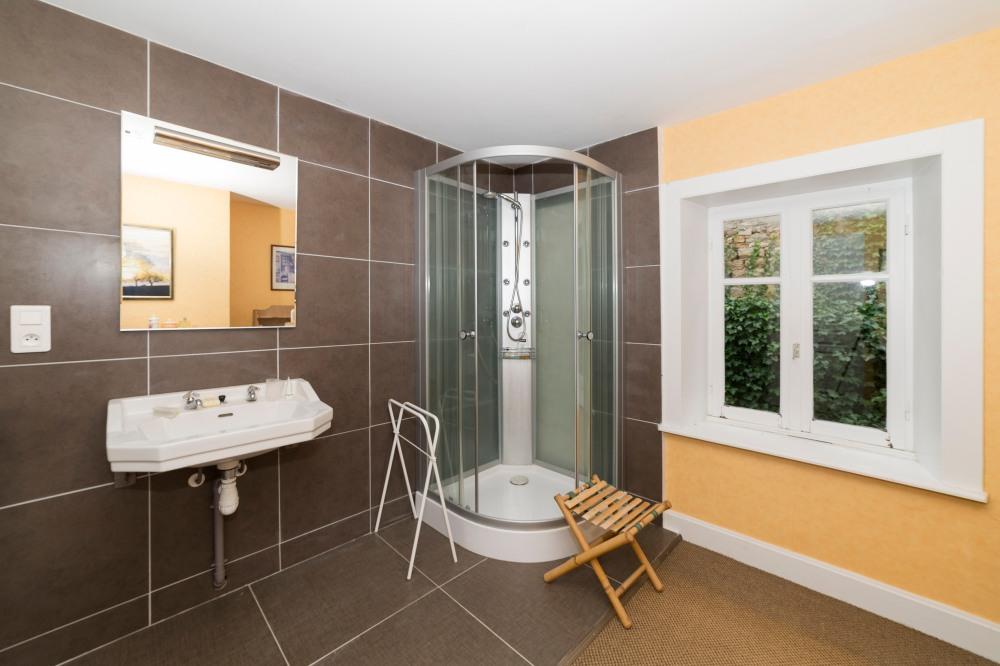 Photographie de salle de bain d'une habitation pour une agence immobilière.