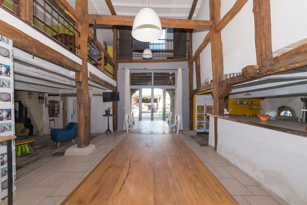 Photographie d'une salle à manger ouverte dans une habitation.