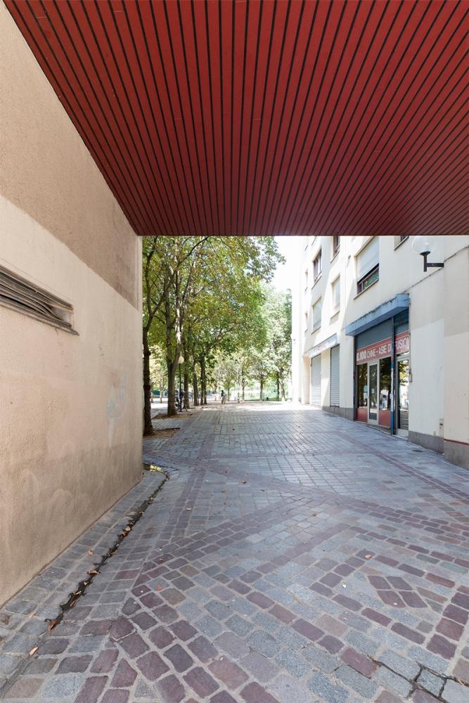 Photographie d'une porte cochère dans une rue de Paris.