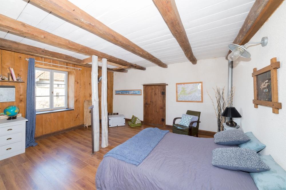 Photographie d'une chambre dans une habitation.