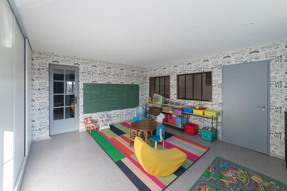 Photographie d'une salle de jeux dans une habitation.
