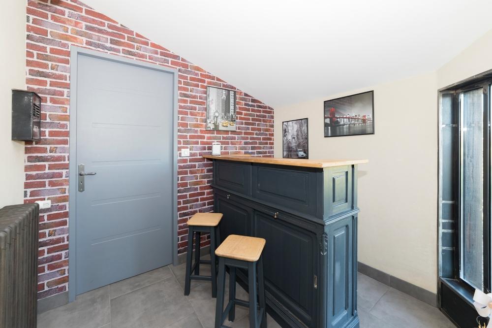Photographie d'un espace bar dans une habitation.