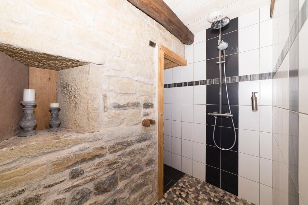 Photographie d'une salle de bain dans une habitation.