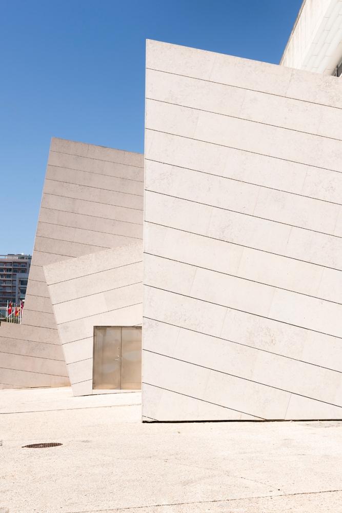 Photographie de face d'un bâtiment moderne de Lisbonne.