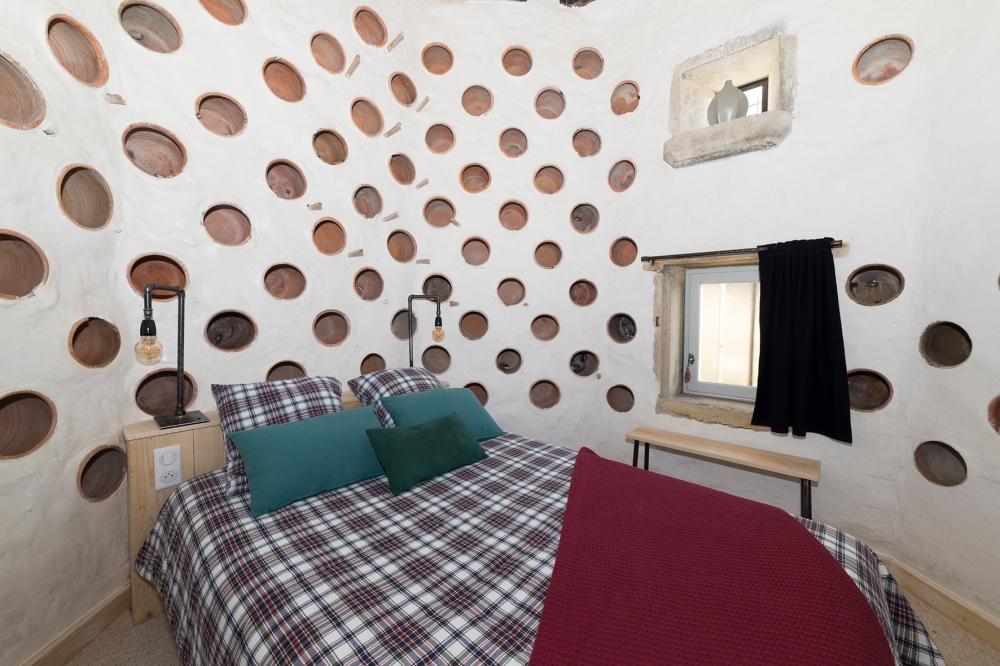 Photographie d'une chambre aménagée dans un pigeonnier.